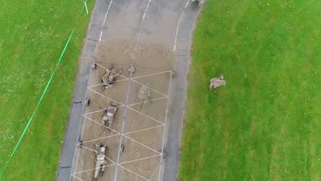 Una-Antena-Sobre-Una-Pista-De-Obstáculos-Durante-El-Entrenamiento-Básico-Del-Ejército-1