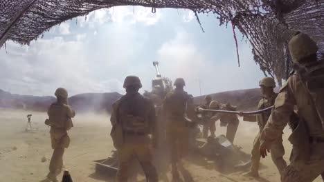 Soldados-Disparan-Artillería-Pesada-En-El-Campo-De-Batalla-3