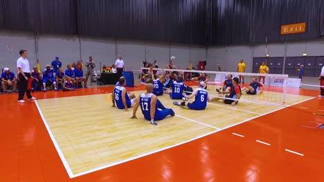 Soldados-Veteranos-Discapacitados-Y-Discapacitados-Compiten-En-Voleibol-En-Los-Juegos-De-Guerreros-Heridos-De-La-Fuerza-Aérea-1