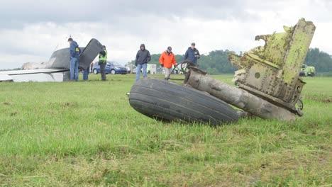 Investigadores-De-Campo-De-La-Ntsb-Documentan-Los-Restos-Del-Accidente-De-Un-Avión-De-Carga-En-El-Aeropuerto-Charleston-Yeager-4