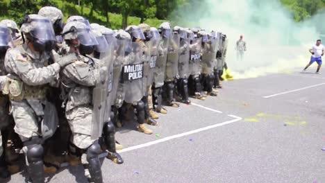 La-Policía-Militar-De-La-Guardia-Nacional-De-Carolina-Del-Norte-Organiza-Un-Motín-Simulado-En-La-Universidad-De-Carolina-Occidental