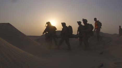 Wir-Marines-Tragen-Im-Rahmen-Einer-Rettungsübung-Einen-Mann-Mit-Simulierten-Verletzungen-Durch-Die-Wüste