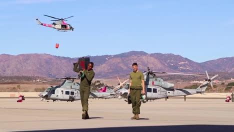 Un-Helic�ptero-Que-Lanza-Agua-Vuela-Sobre-Un-Campo-Un-Helicóptero-Que-Lanza-Agua-Vuela-Sobre-Un-Campo