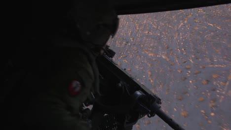 Kanoniere-In-Einem-US-Marinehubschrauber-Schießen-Auf-Ziele-In-Vorbereitung-Auf-Die-Übung-Winterzorn