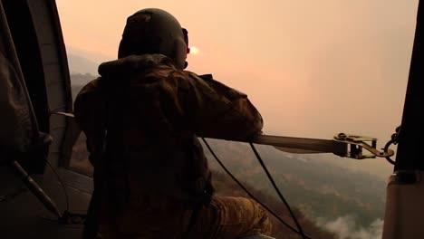 Un-Miembro-De-La-Guardia-Nacional-De-California-Viaja-En-Un-Helicóptero-Inspeccionando-El-Incendio-De-Thomas-En-Ventura-