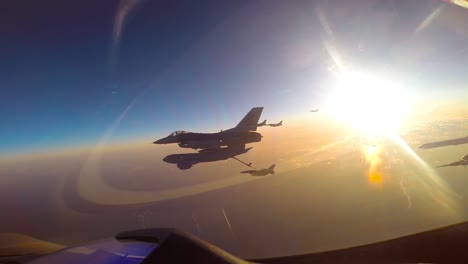 Los-Halcones-De-Combate-F16-De-Corea-Del-Sur-Realizan-Operaciones-De-Reabastecimiento-Aéreo