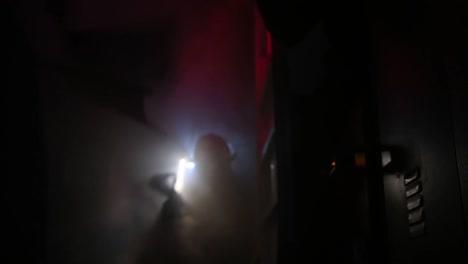 Los-Marineros-A-Bordo-Del-Uss-America-Se-Someten-A-Una-Simulación-De-Extinción-De-Incendios-Como-Parte-Del-Entrenamiento-Total-De-Supervivencia-Del-Barco-