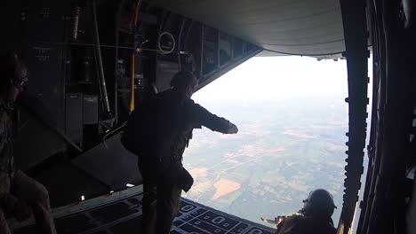 Aviadores-De-Tácticas-Especiales-Saltan-De-Un-Mc130h