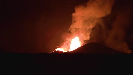 Amazing-Night-Footage-Of-The-2018-Eruption-Of-The-Kilauea-Volcano-On-The-Main-Island-Of-Hawaii-Including-Waves-Of-Lava-3