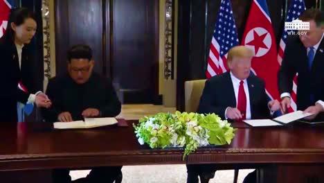 El-Presidente-Estadounidense-Donald-Trump-Y-El-Dictador-Norcoreano-Kim-Jong-Un-Firman-Un-Documento-Durante-Su-Histórica-Cumbre-De-Singapur