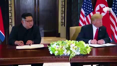El-Presidente-Estadounidense-Donald-Trump-Y-El-Dictador-Norcoreano-Kim-Jong-Un-Firman-Un-Documento-Durante-Su-Histórica-Cumbre-De-Singapur-1