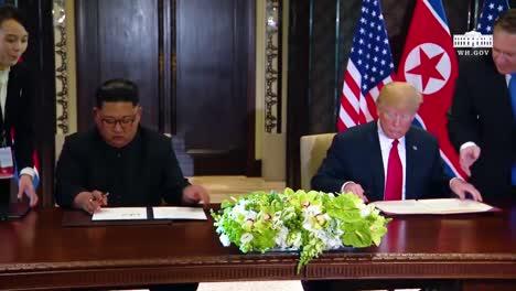 El-Presidente-Estadounidense-Donald-Trump-Y-El-Dictador-Norcoreano-Kim-Jong-Un-Firman-Un-Documento-Durante-Su-Histórica-Cumbre-De-Singapur-3