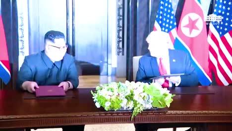 El-Presidente-Estadounidense-Donald-Trump-Y-El-Dictador-Norcoreano-Kim-Jong-Un-Firman-Un-Documento-Durante-Su-Histórica-Cumbre-De-Singapur-5