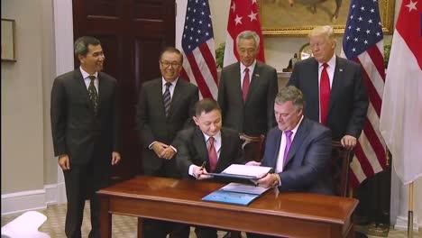 Ejecutivos-De-Boeing-Y-Singapur-Airlines-Se-Reúnen-En-La-Casa-Blanca-Para-Firmar-Un-Acuerdo-Por-Aviones-Bajo-La-Atenta-Mirada-Del-Presidente-Donald-Trump-1