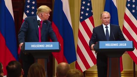 El-Presidente-De-Los-Estados-Unidos-Donald-Trump-Celebra-Una-Conferencia-De-Prensa-Desastrosa-Y-Muy-Criticada-Con-La-Federación-De-Rusia-Vladimir-Putin-Tras-Su-Cumbre-En-Helsinki-Finlandia-Putin-Le-Regala-A-Trump-Un-Balón-De-Fútbol