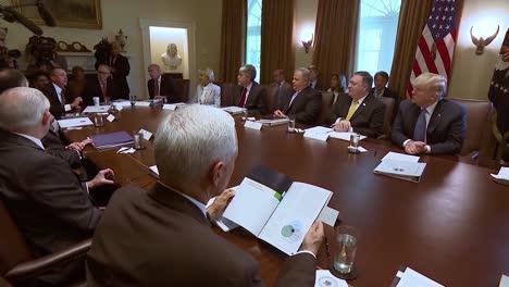 Mick-Mulvaney-Direktor-Des-Büros-Für-Management-Und-Haushalt-Spricht-Bei-Einer-Kabinettssitzung-über-Regierungsbürokratie-Und-Ineffizienz-Mit-Präsident-Donald-Trump