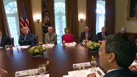 El-Senador-De-Kansas-Kevin-Yoder-Aconseja-Al-Presidente-Estadounidense-Donald-Trump-En-La-Casa-Blanca-Sobre-El-Cáncer-Y-La-Investigación-Médica-1