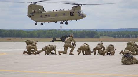 El-Presidente-Estadounidense-Donald-Trump-Visita-La-Base-Militar-De-Fort-Drum-Y-Se-Reúne-Con-Las-Tropas-