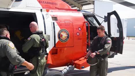 Las-Tripulaciones-De-Las-Tripulaciones-Aéreas-De-La-Guardia-Costera-Finalizan-Los-Preparativos-Antes-Del-Huracán-Florencia