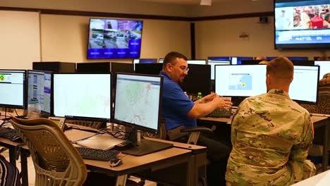Mitglieder-Der-Nationalgarde-Von-West-Virginia-Beobachten-Genau-Die-Bevorstehenden-Wetterereignisse-Des-Hurrikans-Florenz-In-Der-Gemeinsamen-Einsatzzentrale-Des-WVNG-Hauptquartiers-1-Joint