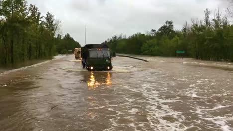 Los-Vehículos-De-La-Guardia-Nacional-Se-Mueven-Por-Carreteras-Inundadas-Durante-El-Huracán-Florencia
