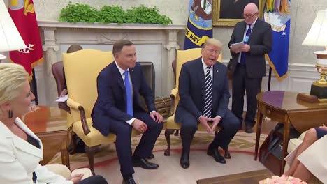 El-Presidente-Estadounidense-Donald-Trump-Habla-Con-La-Prensa-Durante-Una-Visita-De-Estado-Del-Presidente-De-Polonia-Andrzej-Duda-Y-Habla-Sobre-El-Gran-Tamaño-De-La-Multitud-Durante-Su-Visita-A-Varsovia-