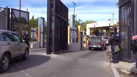 Agentes-De-La-Patrulla-Fronteriza-Y-De-Aduanas-Llevan-A-Cabo-Medidas-De-Inmigración-Agresivas-A-Gran-Escala-En-La-Frontera-De-Tecate-Estados-Unidos-Y-México