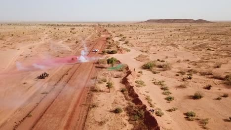 Luftaufnahmen-über-Eine-Simulierte-Überfall--Und-Geiselnahmesituation-Der-Armee-Auf-Einer-Abgelegenen-Afrikanischen-Straße-In-Niger-1