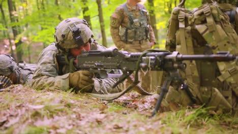 Los-Marines-Estadounidenses-Participan-En-El-Entrenamiento-De-Guerra-En-La-Jungla-En-El-Bosque-Con-Camuflaje-Y-Rifles-2