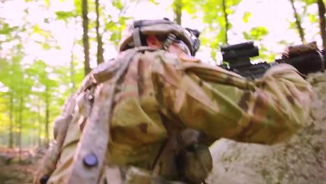 Los-Marines-Estadounidenses-Participan-En-El-Entrenamiento-De-Guerra-En-La-Jungla-En-El-Bosque-Con-Camuflaje-Y-Rifles-3