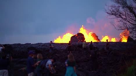 El-Volcán-Kilauea-Entra-En-Erupción-Por-La-Noche-Con-Enormes-Flujos-De-Lava
