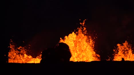 The-Kilauea-Volcano-Erupts-At-Night-With-Huge-Lava-Flows-1