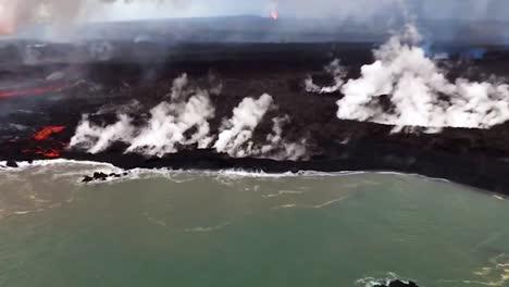 Antena-Sobre-El-Volcán-Kilauea-En-Erupción-Con-Enormes-Flujos-De-Lava-Al-Entrar-En-El-Océano-