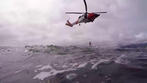 Pov-Desde-El-Agua-De-Una-Misión-De-Búsqueda-Y-Rescate-En-Helicóptero-De-La-Guardia-Costera-En-Mar-Abierto
