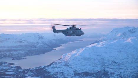 Toma-Aérea-De-Un-Helicóptero-De-La-Marina-Noruega-Que-Patrulla-Las-Regiones-Del-Norte-En-Invierno-1