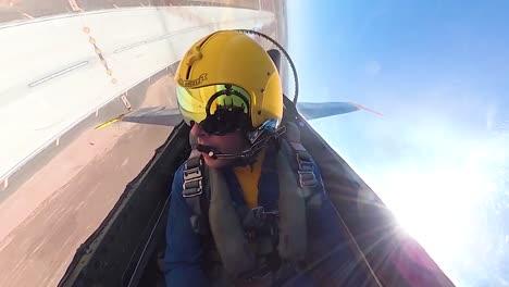 Piloto-De-Cabina-Pov-Volando-Un-Jet-Blue-Angels-Realizando-Un-Barril-En-Un-Airshow