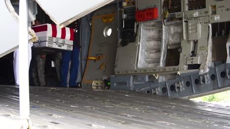 Bandera-Envuelta-Ataúdes-De-Soldados-Estadounidenses-Muertos-Devueltos-A-Casa-En-Un-Avión-De-Carga-C130