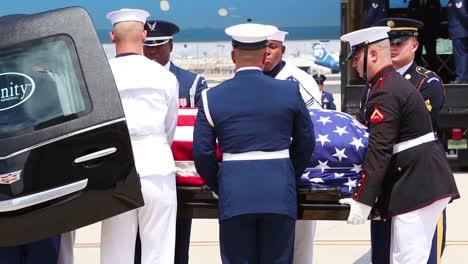 Los-Restos-Del-Senador-John-Mccain-Fueron-Trasladados-De-Sus-Servicios-Funerarios-En-El-Centro-De-Phoenix-A-Un-Vuelo-En-La-Base-2-De-La-Guardia-Nacional-Aérea-De-Arizona-Barry-Goldwater