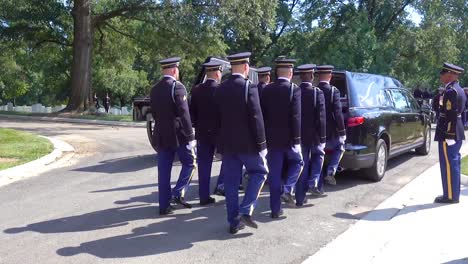 Un-Funeral-Militar-Formal-Por-Un-Soldado-Estadounidense-Muerto-En-El-Cementerio-Nacional-De-Arlington