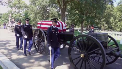 Un-Funeral-Militar-Formal-Por-Un-Soldado-Estadounidense-Muerto-En-El-Cementerio-Nacional-De-Arlington-1