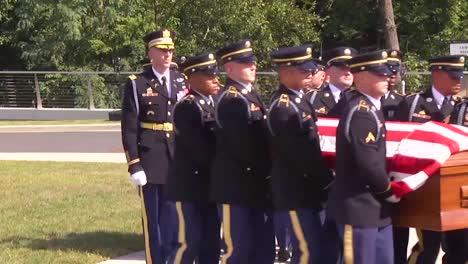 Un-Funeral-Militar-Formal-Por-Un-Soldado-Estadounidense-Muerto-En-El-Cementerio-Nacional-De-Arlington-2