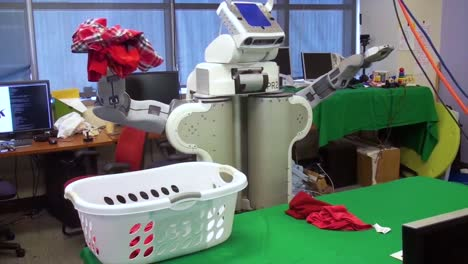 A-High-Tech-Robot-Does-Laundry