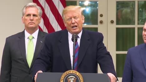 US-Präsident-Donald-Trump-Beantwortet-Fragen-Der-Presse-Zur-Zahlung-Der-Mauer-Durch-Mexiko-Und-Sagt-Dass-Ersparnisse-Aus-Neuen-Handelsabkommen-Mit-Mexiko-Für-Die-Mauer-Bezahlen-Werden-Pay