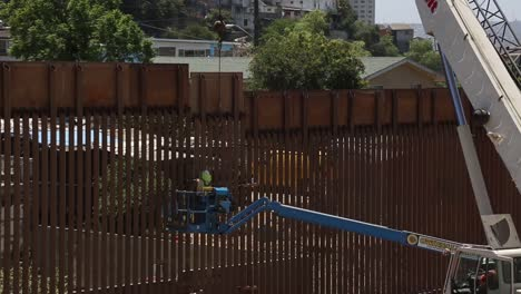 Us-Army-Engineers-Install-The-Final-Section-Of-The-San-Diego-Border-Wall-3