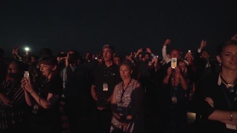 Los-Civiles-Utilizan-Sus-Teléfonos-Inteligentes-Para-Registrar-El-Lanzamiento-Nocturno-Del-Satélite-Aehf5-En-Cabo-Cañaveral-