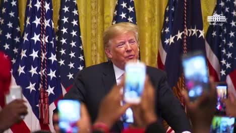 US-Präsident-Donald-Trump-Schaut-Seinen-Bewunderern-Und-Unterstützern-Bei-Einer-Kundgebung-Liebevoll-Zu