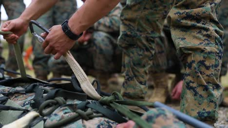 Los-Marines-Estadounidenses-Y-Los-Marineros-De-La-Armada-Estadounidense-Con-El-Tercer-Grupo-De-Logística-Marina-Participan-En-Un-Entrenamiento-De-Supervivencia-Y-Guerra-En-La-Jungla-En-Okinawa-Japón