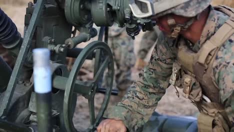 Los-Marines-De-EE-UU-Cavan-Colocan-Tuberías-Y-Se-Entrenan-Con-Piezas-De-Artillería-En-El-Campamento-De-Fuji