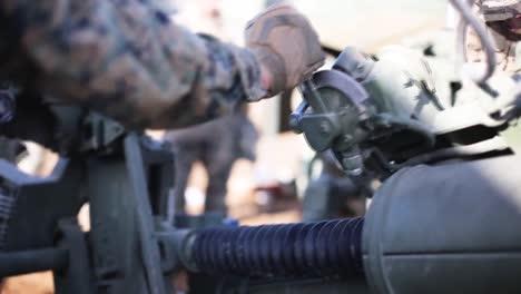 Los-Marines-Estadounidenses-Se-Entrenan-Con-Piezas-De-Artillería-En-El-Campamento-Fuji-1