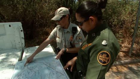 Frauen-Die-Für-Die-Grenzpatrouille-Am-Unteren-Rio-Grande-Arbeiten-Konsultieren-Eine-Karte